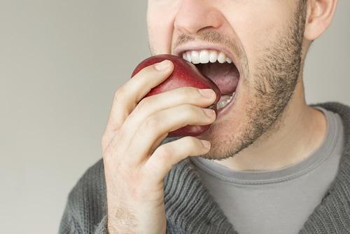 strong teeth eating apple